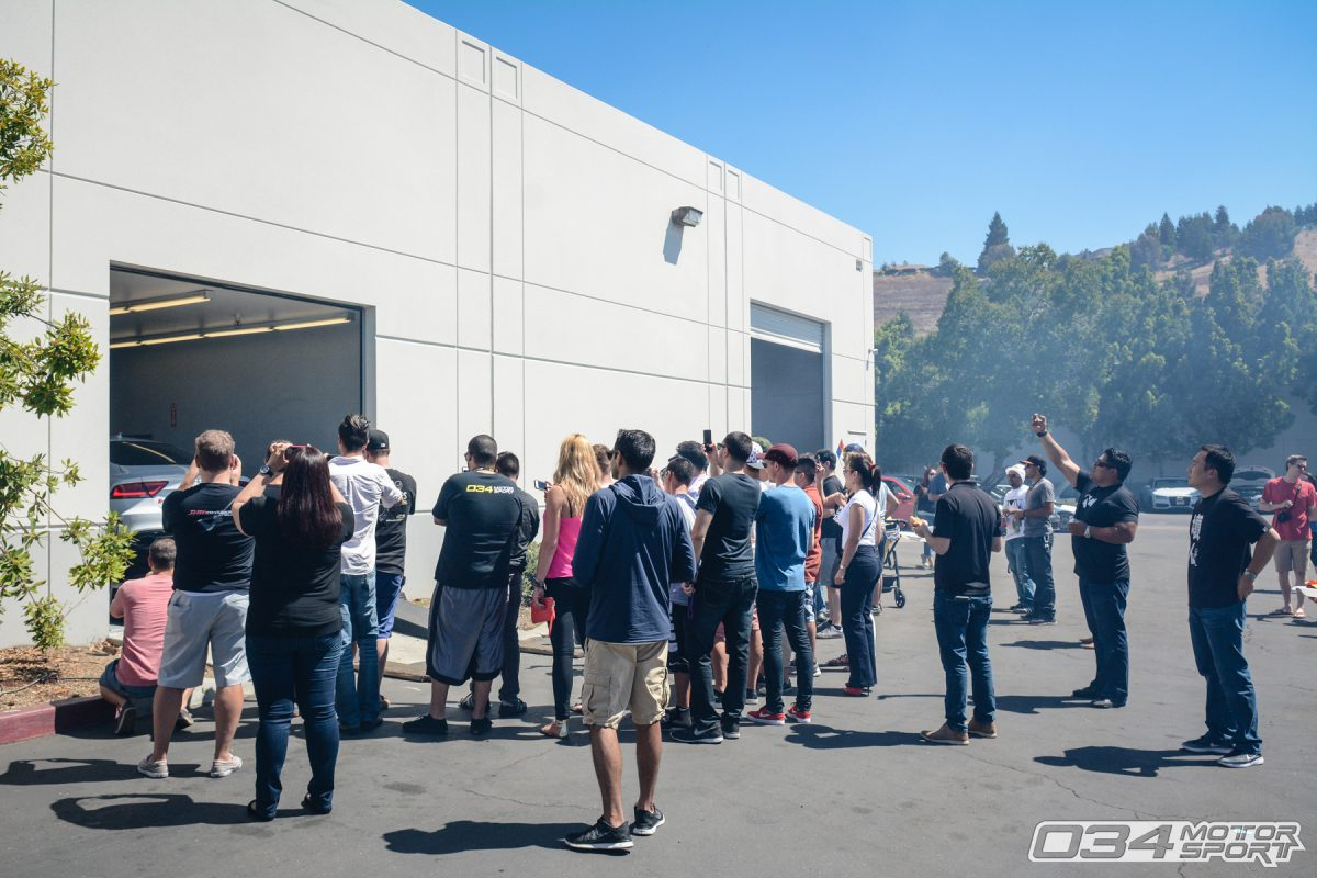 Crowd surrounds 034Motorsport Dyno to watch C7 Audi RS7